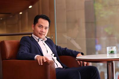 Clip người đàn ông vest xanh bị lột chục triệu giữa phố là màn PR khóa học online về giao dịch bất động sản ngoạn mục.