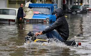 رشت را آب فراگرفت..!  به دلیل شدت بارندگی شهر رشت تبدیل به استخر پرآب شده است.