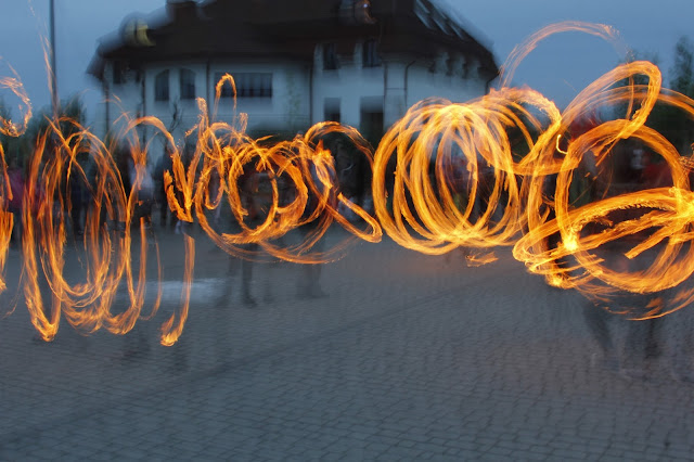 Taniec z ogniem w wykonaniu Słowiańskiego Grodu w Wólce Bieleckiej