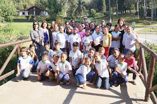 Alunos da Escola Municipal Fazenda Alpina na entrada do Parque Municipal Montanhas de Teresópolis