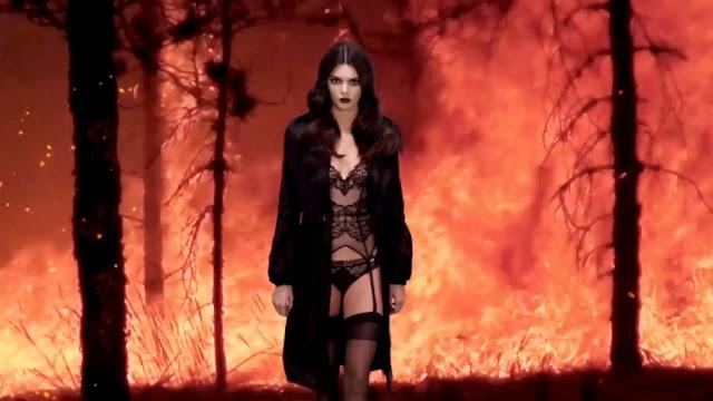 Foto Seksi Kendall Jenner di Pemotretan Love Advent