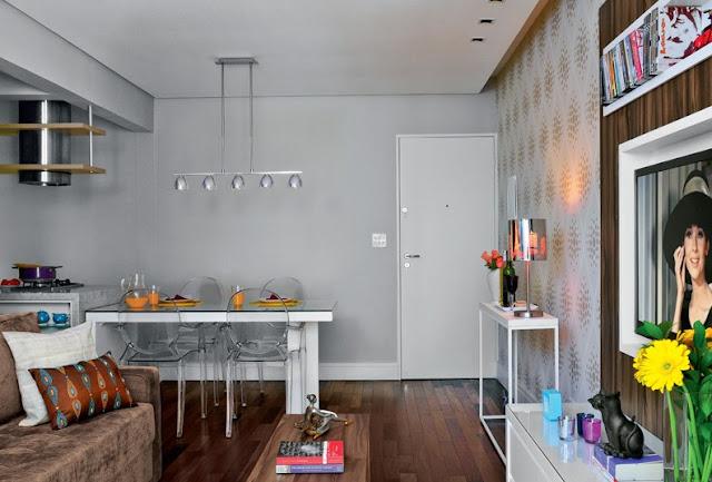 apartamento pequeno, pintura das paredes, pintar paredes, cinza, painel tv, moldura para tv, cadeira transparente, sofá marron, chasy, mesa de centro