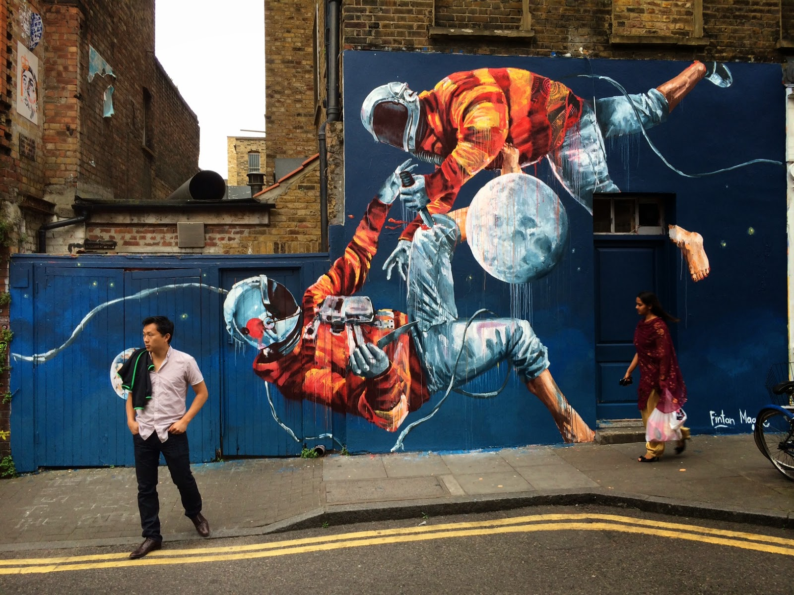 """Fintan Magee """"Two Men Fighting Over the Moon"""" New Mural - London, UK"""