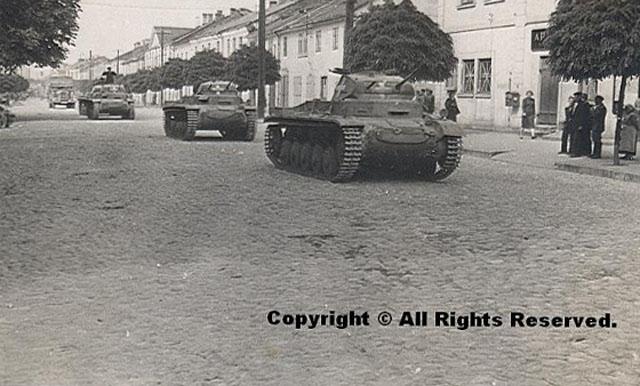 Końskie, wrzesień 1939 r. Niemieckie pojazdy pancerne na ulicy 3 Maja [z kolekcji Rafała Ojrzanowskiego]