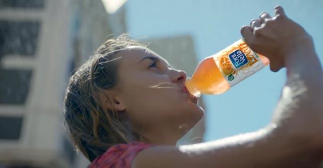 Chica bebiendo Font-Vella Levité