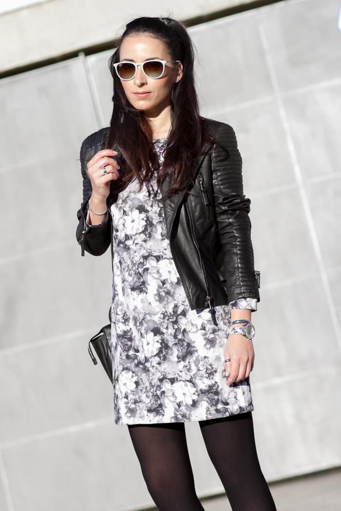 Estilismo Idea como combinar un mini vestido de flores de neopreno con chaqueta de cuero y complementos en plata de Blog de moda Valencia Medias ORI opacas negras