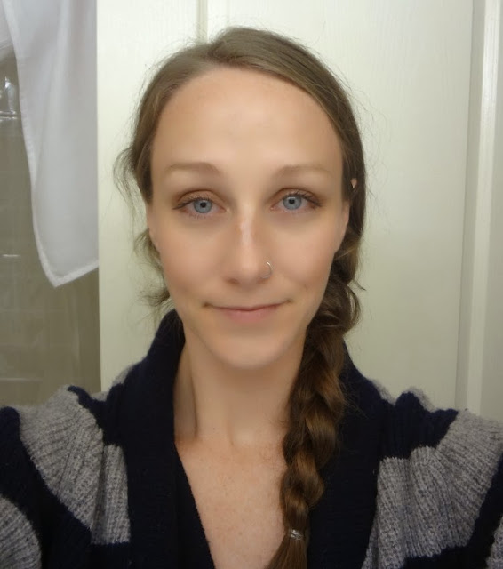 Blue eyes makeup look using bronze, gold, brown and cream eye shadows