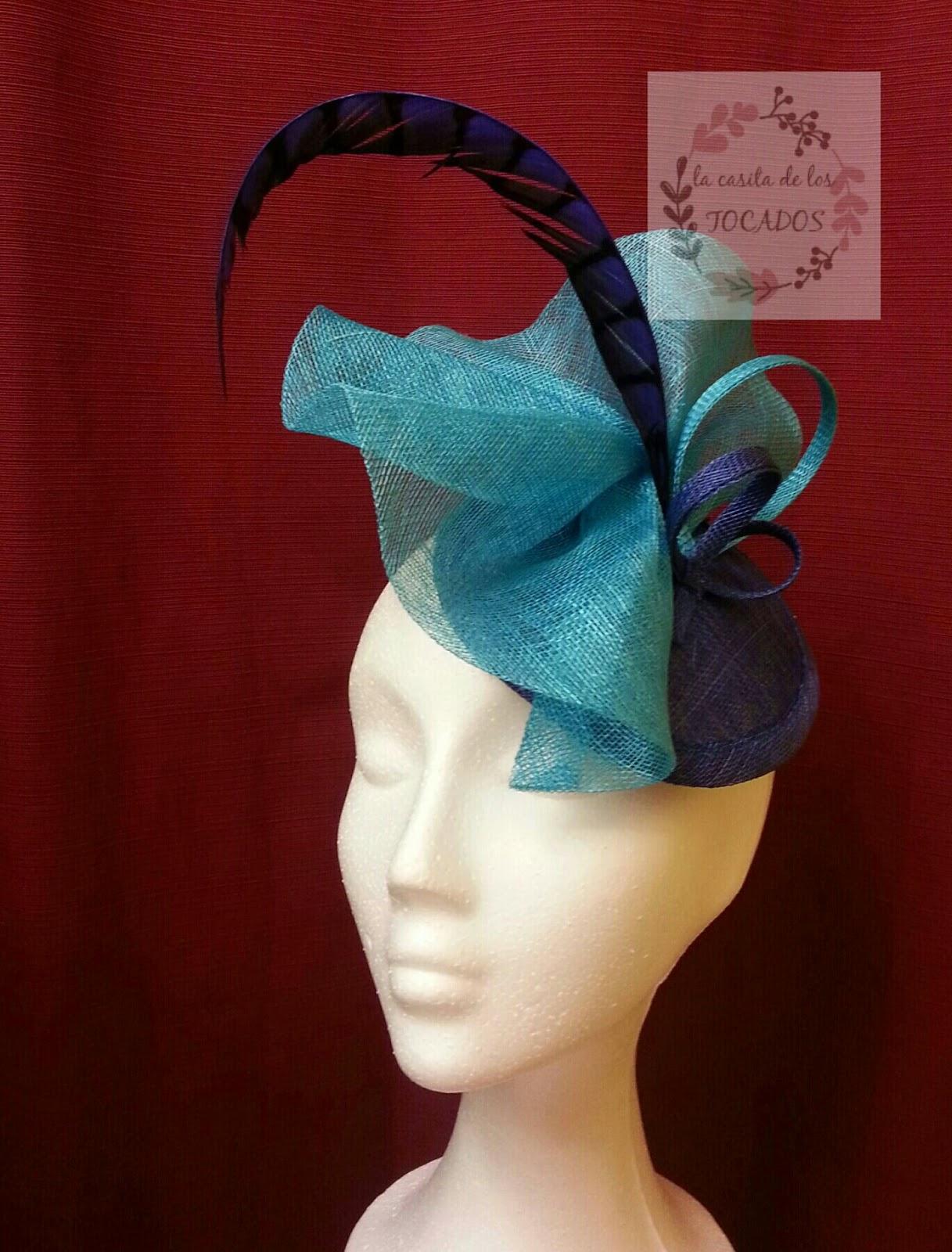 tocado realizado en colores azulón y azul turquesa, moderno y original con pluma de faisán en azulón