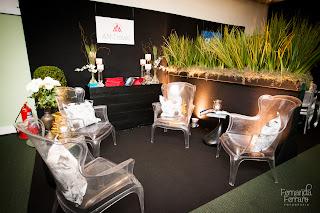 poltrona queen cristal, jardineira, mesa lateral vírgula, balcão preto, exposição, decoração