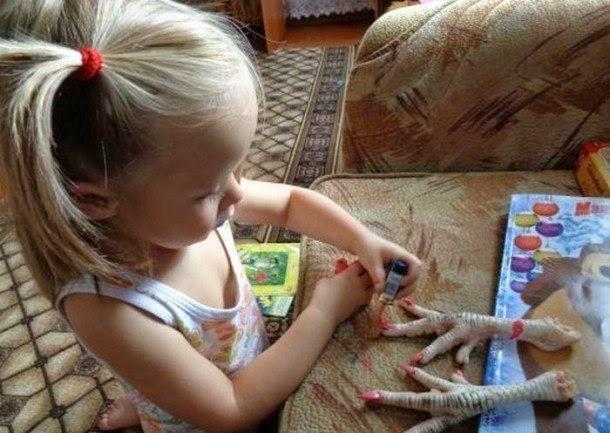 Nail art sur des pattes de poulet : la classe !