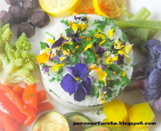 warzywa na parze z ryżem i kwiatami jadalnymi