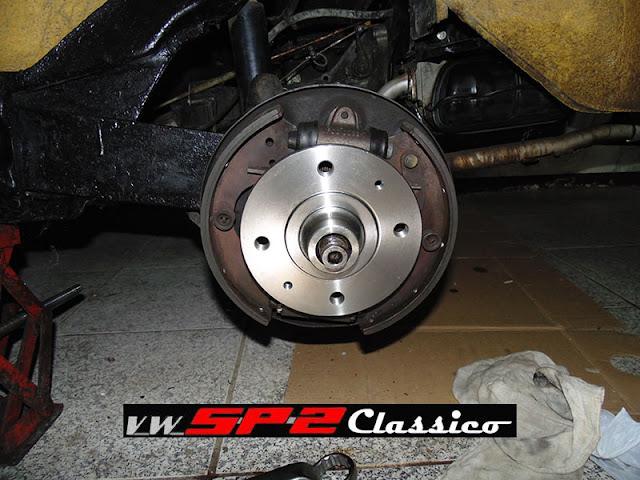 Trocando o cubo de roda do Volkswagen SP2_a