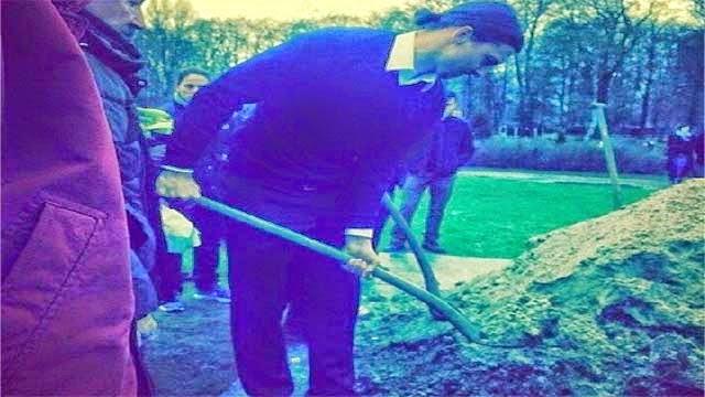 صور ابراهيموفيتش يقوم بدفن شقيقه بالطريقة الاسلامية