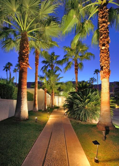 Taman indah yang telah anda desain didepan rumah akan nampak lebih indah dan cantik kalau Inilah Tips Penataan Lampu Taman Hias Minimalis dan luas