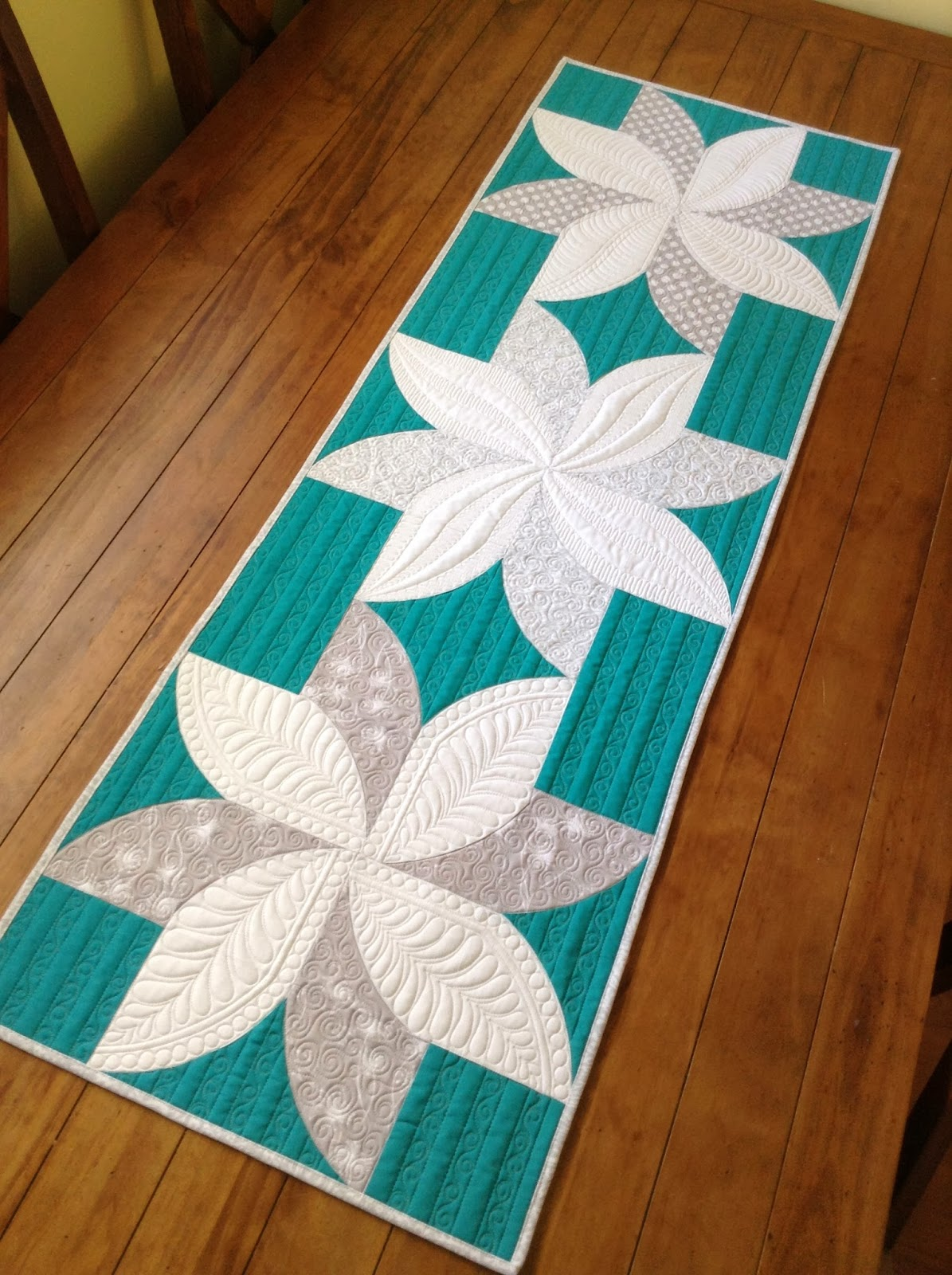 Sew kind of wonderful fun poinsettia 39 s for Table design patterns