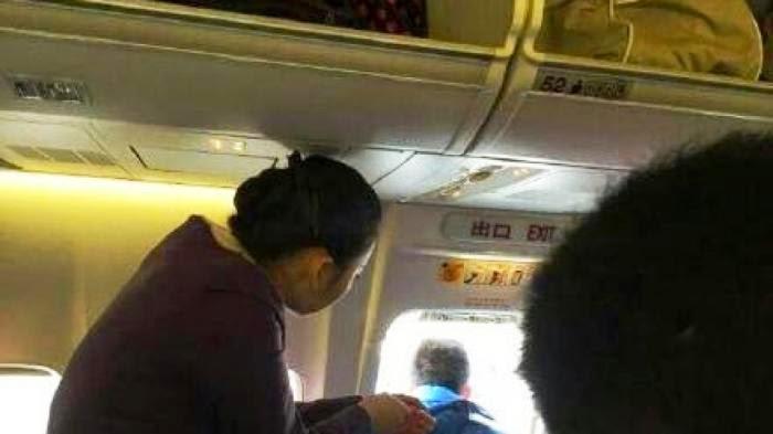 Seorang Penumpang Nekat Buka Pintu Pesawat, Ingin Cari Udara Segar