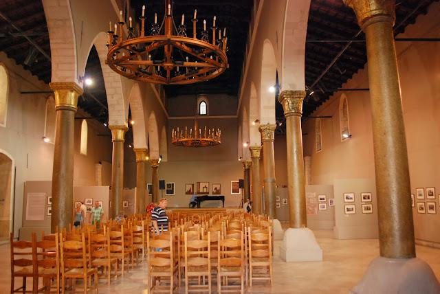 Зал муниципальной галереи г. Ираклион.