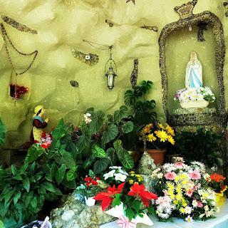 Imagens de santas no interior da Gruta Nossa Senhora de Lourdes, em Carlos Barbosa.