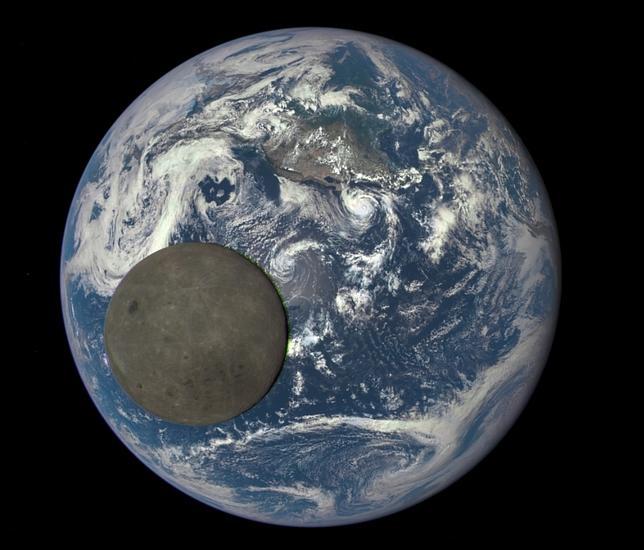 La Luna cruza sobre la Tierrra