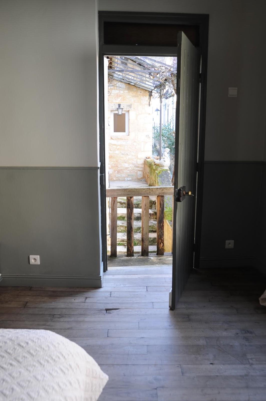 We gaan terug naar de living waar een deur uitgeeft op een klein ...