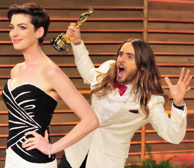 Jared Leto se puso atrás de Anne Hathaway para burlarse