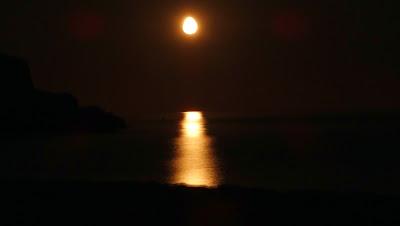 La lluna ja amunt, il·luminant l'aigua