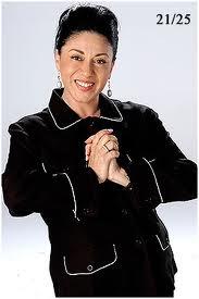 Carmen Delgado con cabello negro y recogido
