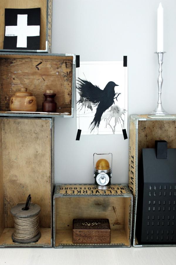 print svart fågel, lådor som hyllor mot vägg, lådor televerket, televerket, cool inredning, renovering arbetsrum, ateljé renoverad, ateljé, svart hus ljuslykta, trärena detaljer, inredningstips arbetsrum, på väggen, vägg tavlor, hylla i arbetsrum, vitt golv, vit parkett, gråa väggar, måla om, renovera ett rum,