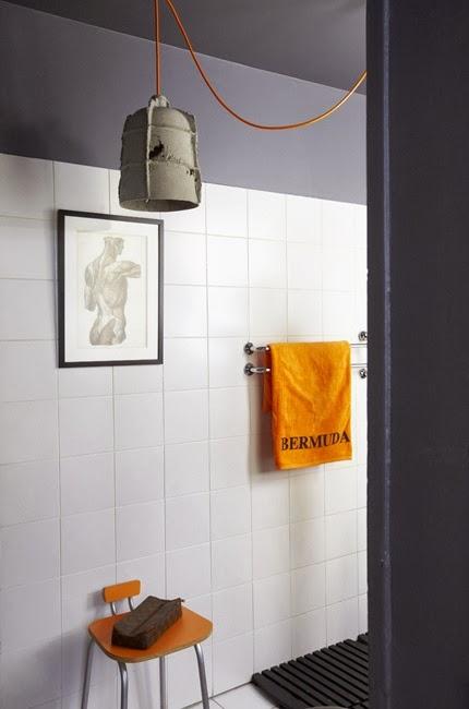 Une salle de bain grise et orange
