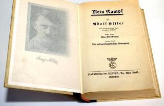 """Un exemplaire de la première édition de """"Mein Kampf"""" (""""Mon combat"""") d'Adolf Hitler, prise en photo en Allemagne en 2003, et diffusée le 1er juillet 2007"""