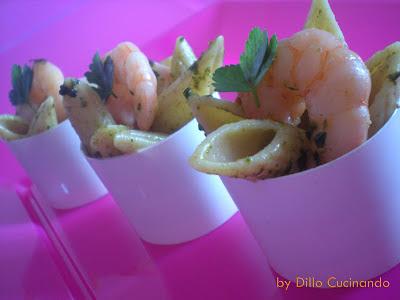 Insalata di pasta con pesto e gamberetti