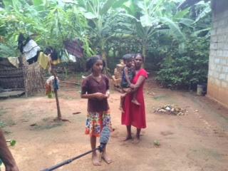 De kinderen worden gesteund met gratis schoolboeken en er is voor deze familie een nieuw huis gebouwd.