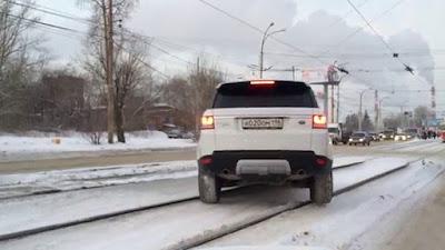 7 πραγματικά ασυνήθιστες στιγμές στον δρόμο που κατέγραψε η κάμερα (Video)