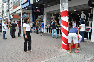 Cléo Jordão, secretária de Cultura e de Turismo, acompanha trabalho dos funcionários da Prefeitura na decoração de postes na Calçada da Fama