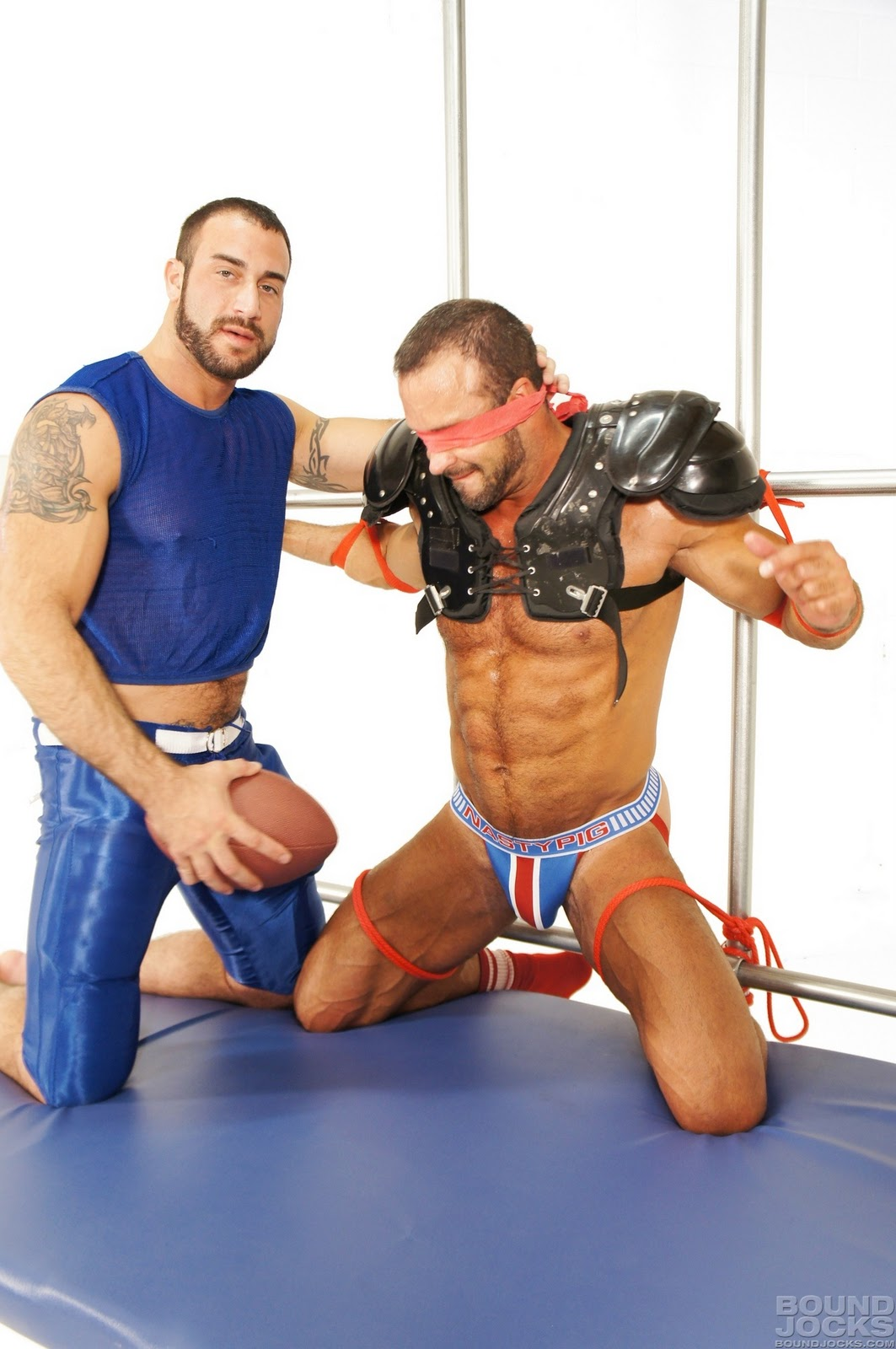 Athletic Jock Giving A Gam To Lukcy Muscular Stud