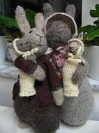 Kaninfamiljen -stickade kaniner