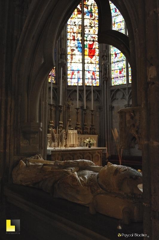 Gisant de Géraud du Puy, évêque de Narbonne, mort vers 1420 église de Carcassonne photo pascal blachier