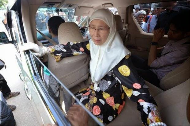 Wan Azizah naik bas
