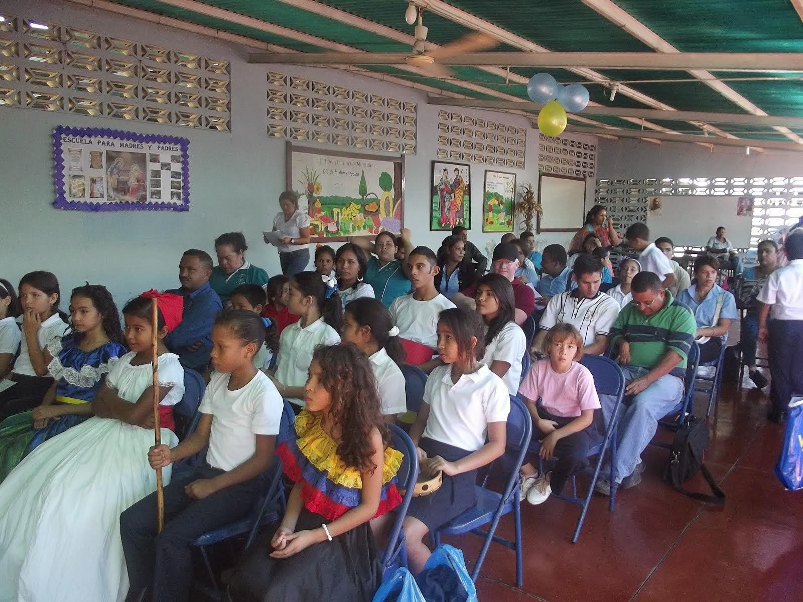 ESTUDIANTES Y DOCENTES EN EL ENCUENTRO DE RADIO WEB