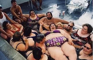 smešne slike: debeli ljudi u kadi  smešne slike: debeli se sunča na plaži