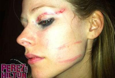 Avril Lavigne apanha em bar