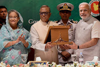 Modi recieve award on behalf of Atal bihari Vajpeyi