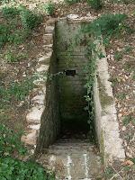 La segona entrada, tapiada, del refugi antiaeri de l'Omeda 2