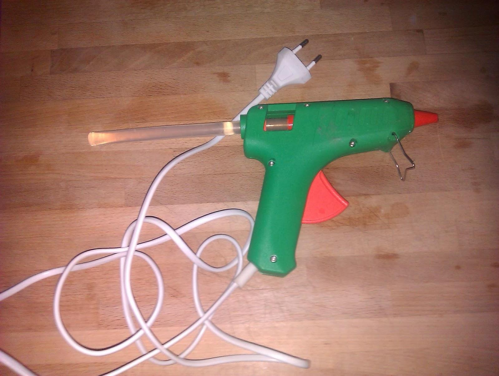 Pistola de cola termofusible.