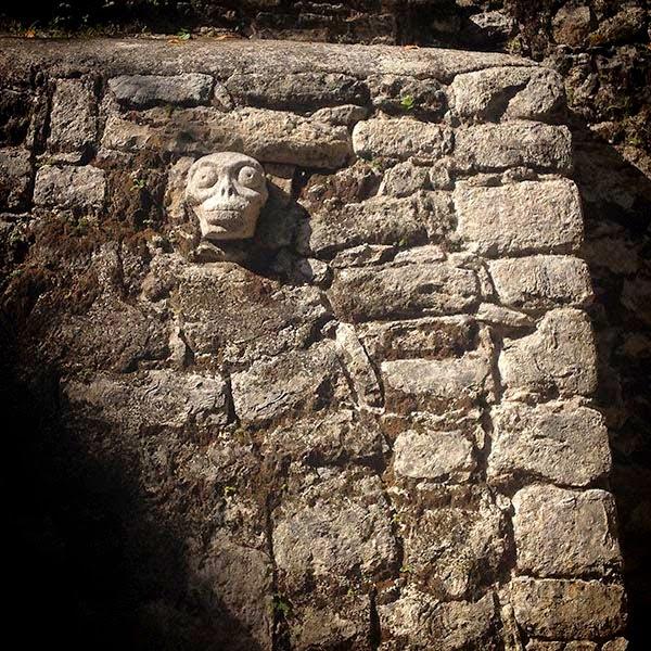 """Un cráneo decora un templo en la ciudad maya  de Cobá. Si alimentas al cuerpo con comida sana  tu salud mejora y si alimentas la mente con  pensamientos sanos tu mente se abre. Y me  pregunto: ¿Cual de estas personas """"normales""""  elegirá los pensamientos con los que alimentan  a su mente si ni tan siquiera cuidan sus cuerpos?"""