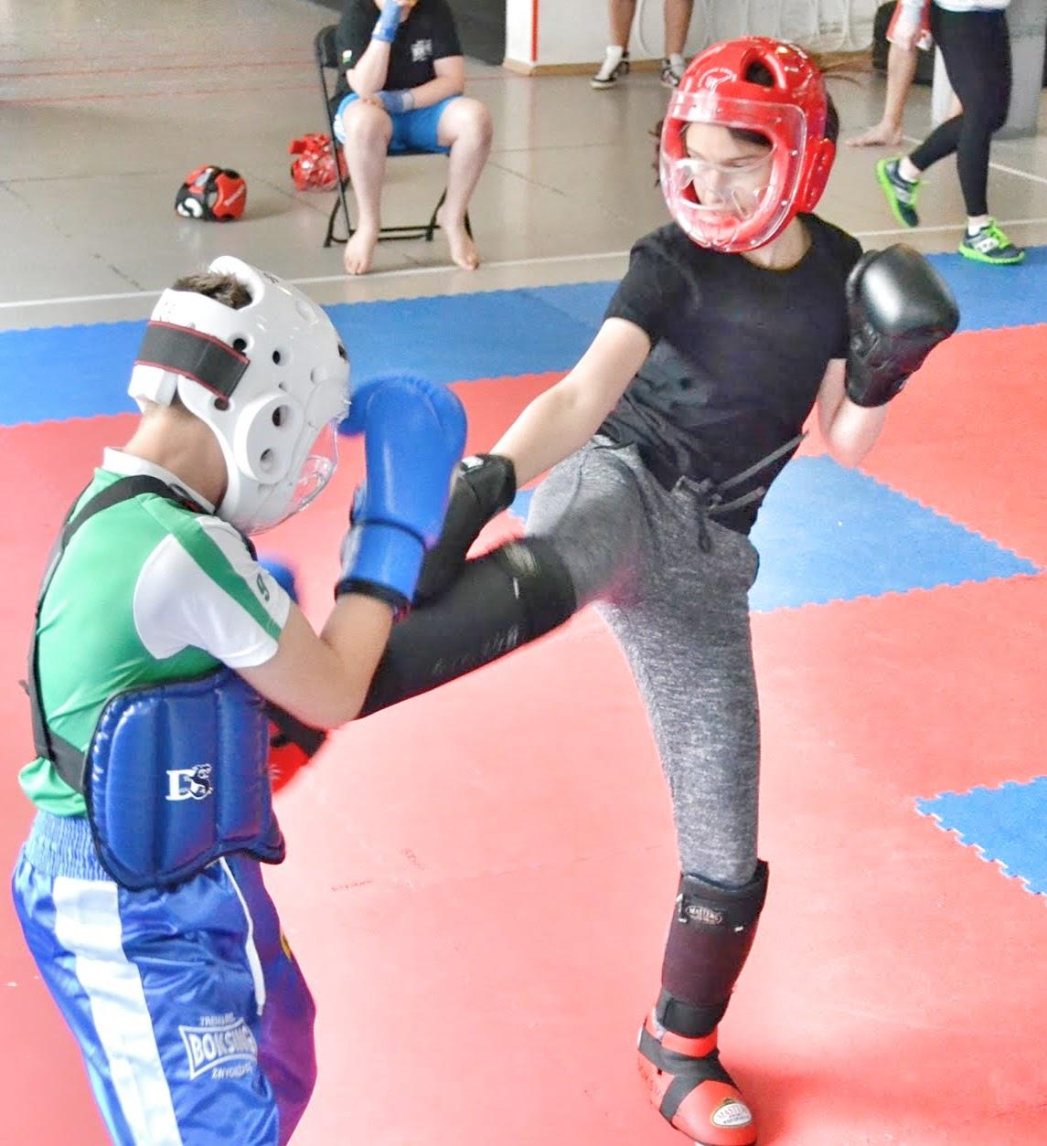 gimnazjum, kickboxing, nabór, opieka trenerska, rywalizacja, trening dla dziewcząt, walka, emilia.pro, liceum,gimbaza,sport,ring, kobiety,