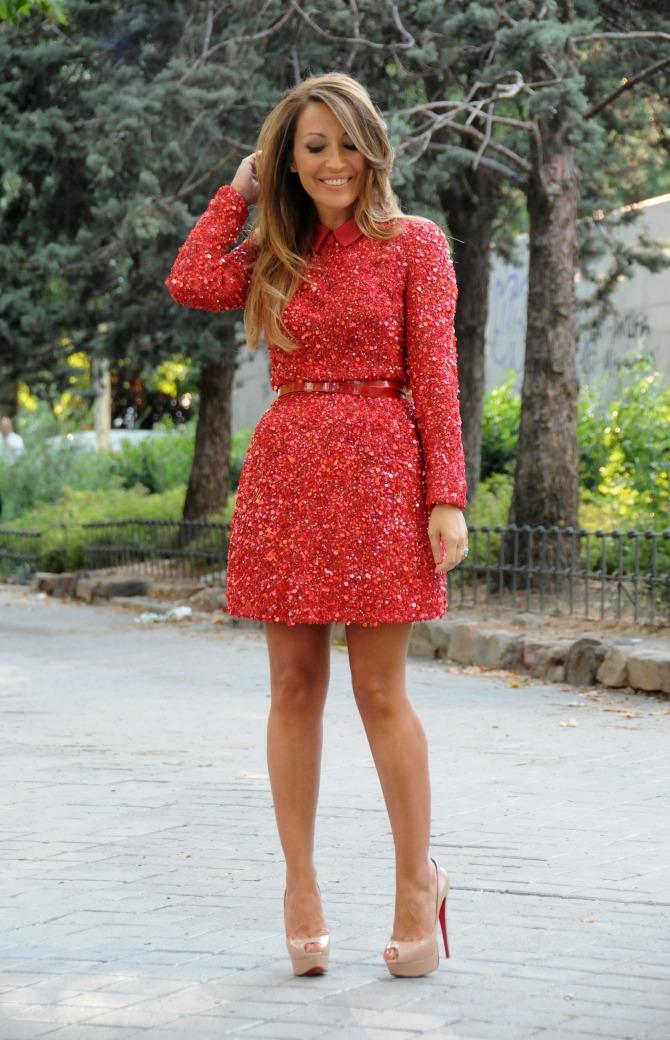 CON DOS TACONES: RED DRESS