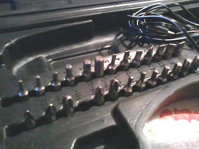 Интерскол ОА-4,8 продаётся с битами в наборе, фотография кейса крупным планом