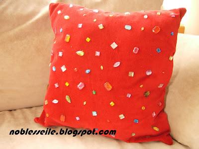 parlak taşlı yastık