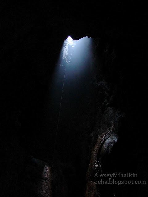Огромный входной колодец пещера Монастыр-Чокрак